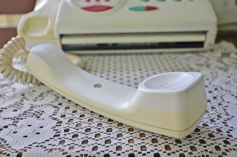 Donnez l'écouteur sur le plancher pour arrêter des appels d'arrivée photographie stock libre de droits