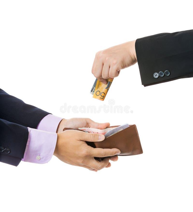 Donnez l'argent de l'homme d'affaires à l'autre photographie stock libre de droits