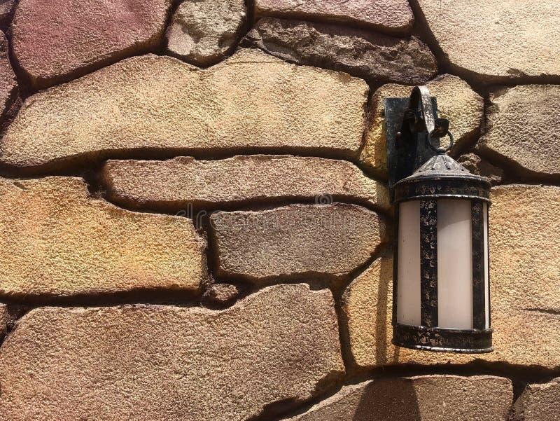 Donnez lanterne une consistance rugueuse beige de pierre à la rétro photographie stock