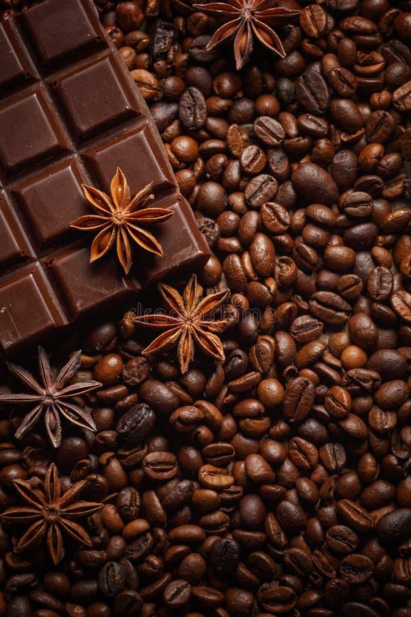 Donnez ? renverser une consistance rugueuse les grains de caf?, le chocolat, la cannelle et les clous de girofle Vue sup?rieure C image stock