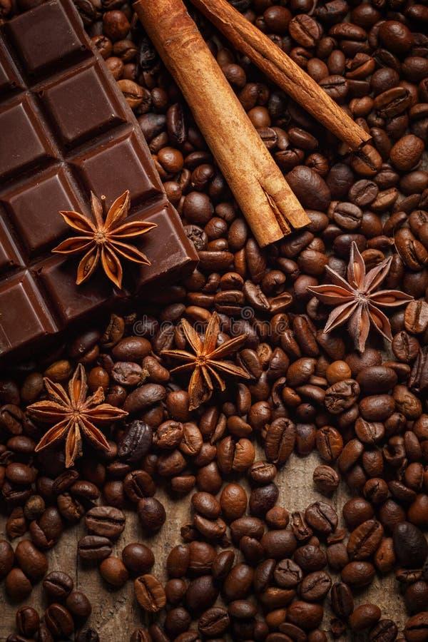 Donnez ? renverser une consistance rugueuse les grains de caf?, le chocolat, la cannelle et les clous de girofle Vue sup?rieure C images stock