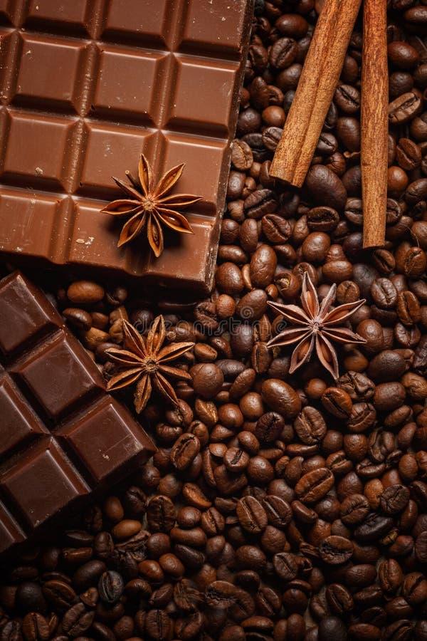 Donnez ? renverser une consistance rugueuse les grains de caf?, le chocolat, la cannelle et les clous de girofle Vue sup?rieure C photos libres de droits