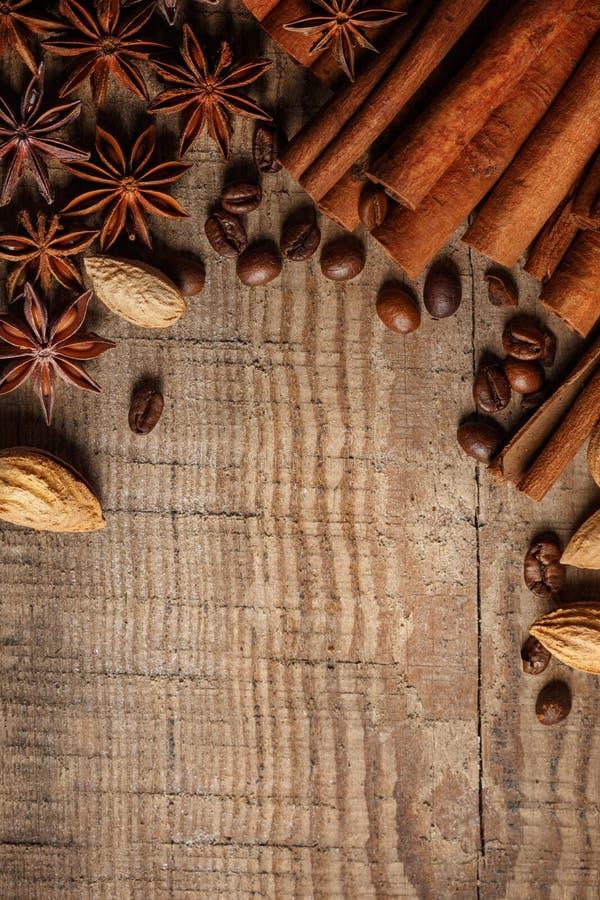 Donnez ? renverser une consistance rugueuse les grains de caf?, le chocolat, la cannelle et les clous de girofle Vue sup?rieure C photo libre de droits