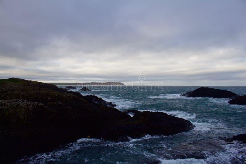 Donnez sur de l'océan de la colline ci-dessus avec les mers turbulentes ci-dessous images stock