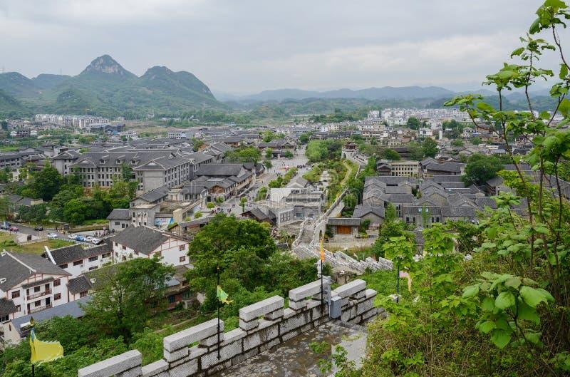 Donnez sur du mur en pierre à la ville antique en montagnes sur nuageux photos stock
