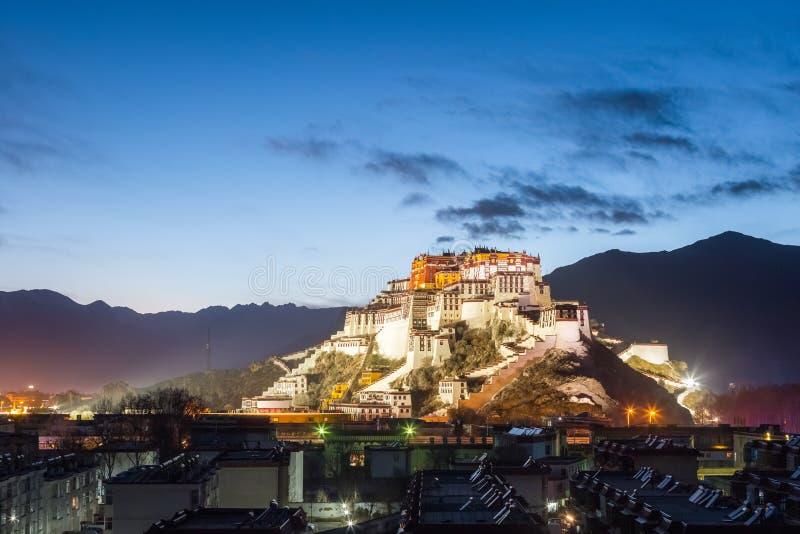 Donnez sur du Palais du Potala dans la tombée de la nuit photographie stock