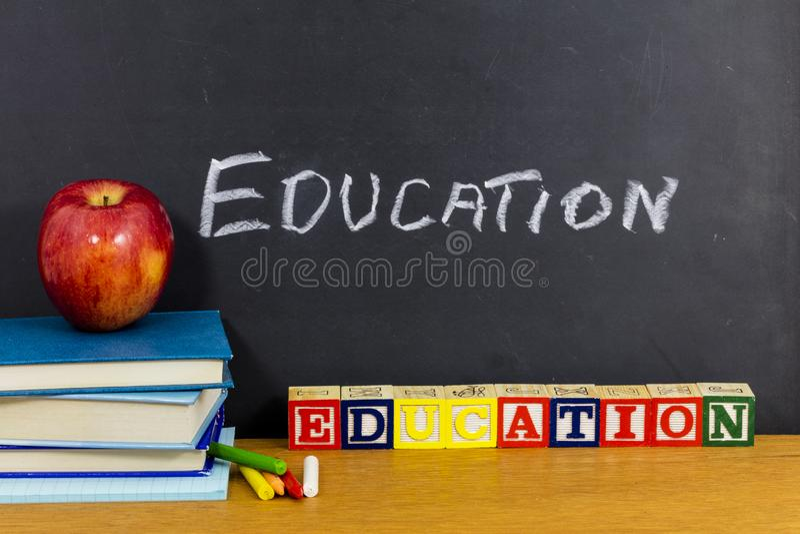 Dono favorito della mela dell'insegnante dei bambini dello studente della scuola di istruzione immagine stock