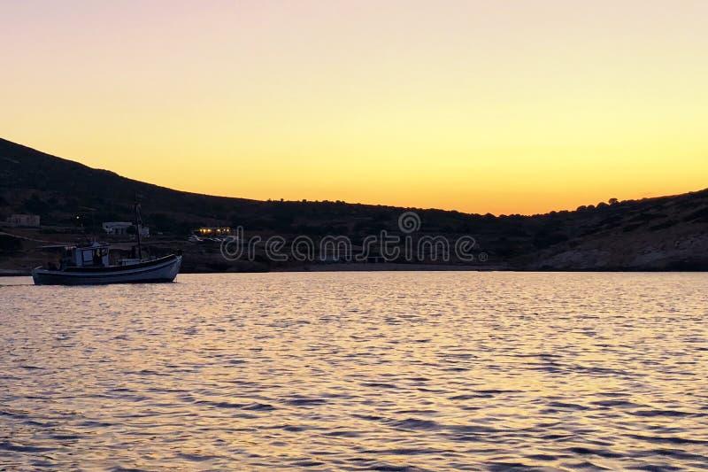 Donousa jest pięknym Greckim wyspą To jest prawdziwy zaciszności zatoka należy Donousa wyspa Zmierzch bardzo pięknie ogląda fotografia stock