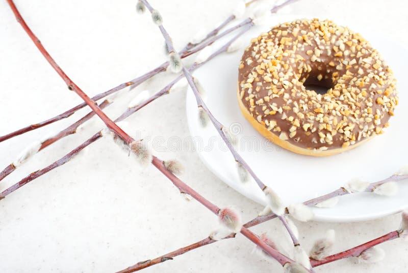 Donut auf einem hellen Hintergrund stockfotos