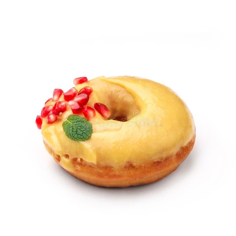 Donut glasiert mit Honig und Granatapfel Ansicht von einem fünfundvierzig-Grad-Winkel Lokalisiertes Bild lizenzfreies stockbild