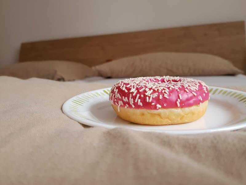 Donut im Bett lizenzfreie stockbilder