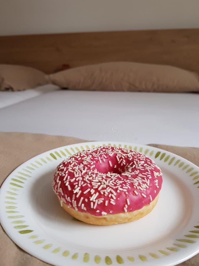 Donut im Bett stockbild