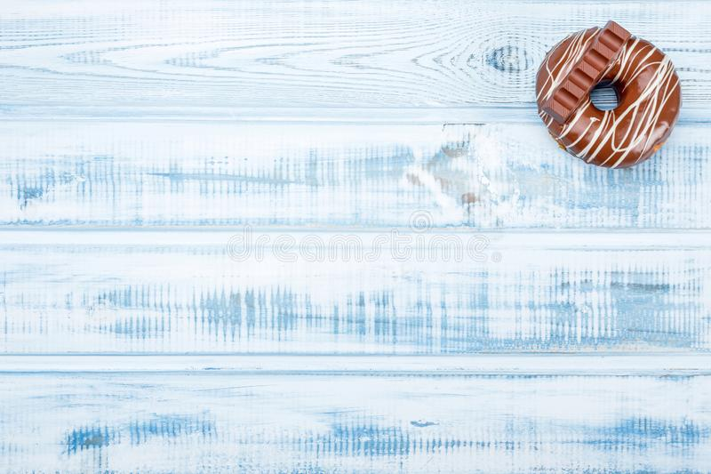 Donut mit Milchschokoladeglasur, auf altem hölzernem Hintergrund Raum für Text Beschneidungspfad eingeschlossen stockfoto