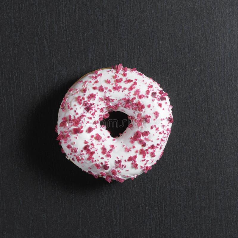 Donut mit süßer Klumpencreme lizenzfreies stockbild