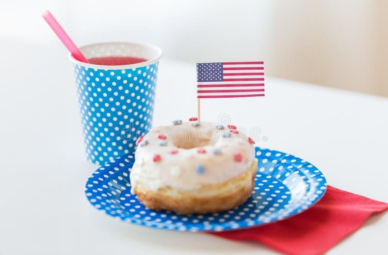 Donut mit Saft- und Flaggedekoration stockbild