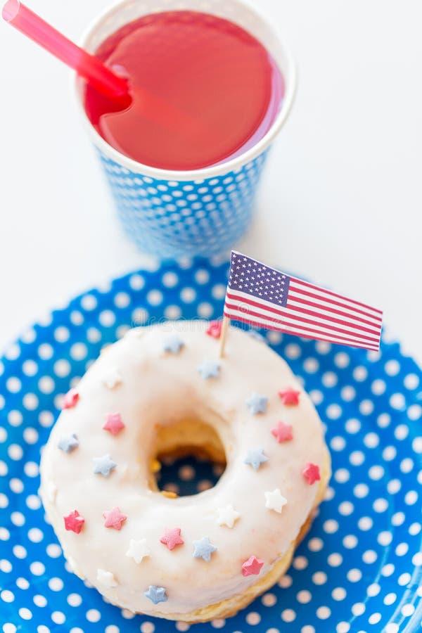 Donut mit Saft- und Flaggedekoration lizenzfreie stockfotos