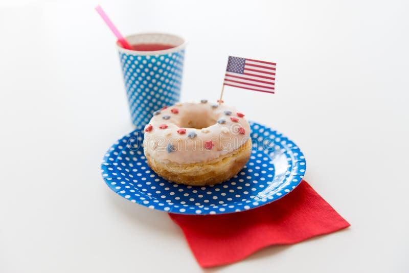 Donut mit Saft- und Flaggedekoration lizenzfreie stockfotografie
