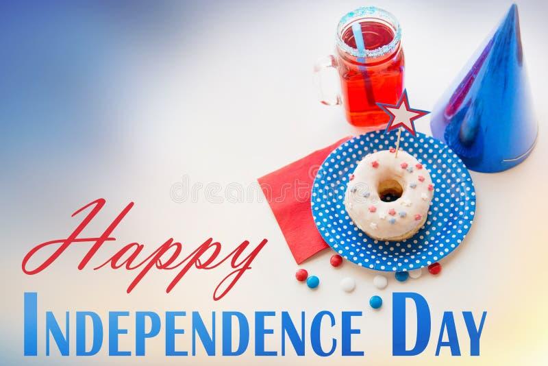 Donut mit Saft und Süßigkeiten am Unabhängigkeitstag lizenzfreies stockbild