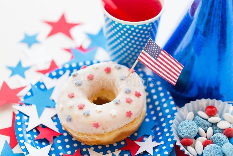 Donut mit Saft und Süßigkeiten am Unabhängigkeitstag stockbild