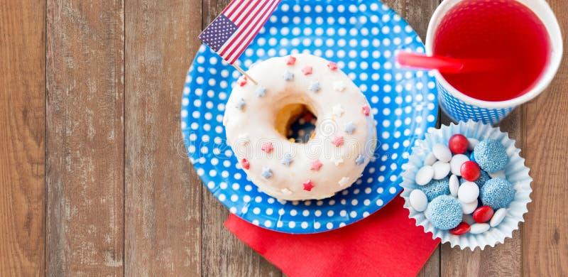 Donut mit Saft und Süßigkeiten am Unabhängigkeitstag stockfotografie