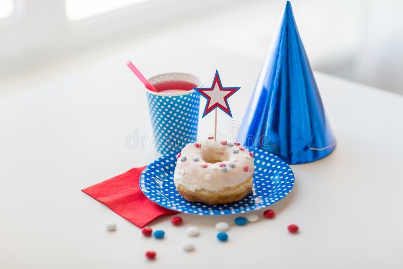 Donut mit Saft und Süßigkeiten am Unabhängigkeitstag stockfotos