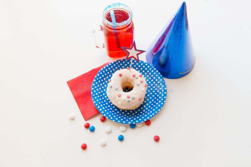 Donut mit Saft und Süßigkeiten am Unabhängigkeitstag stockbilder