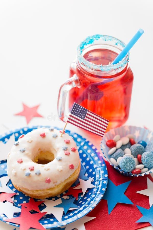Donut mit Saft und S??igkeiten am Unabh?ngigkeitstag stockfotos