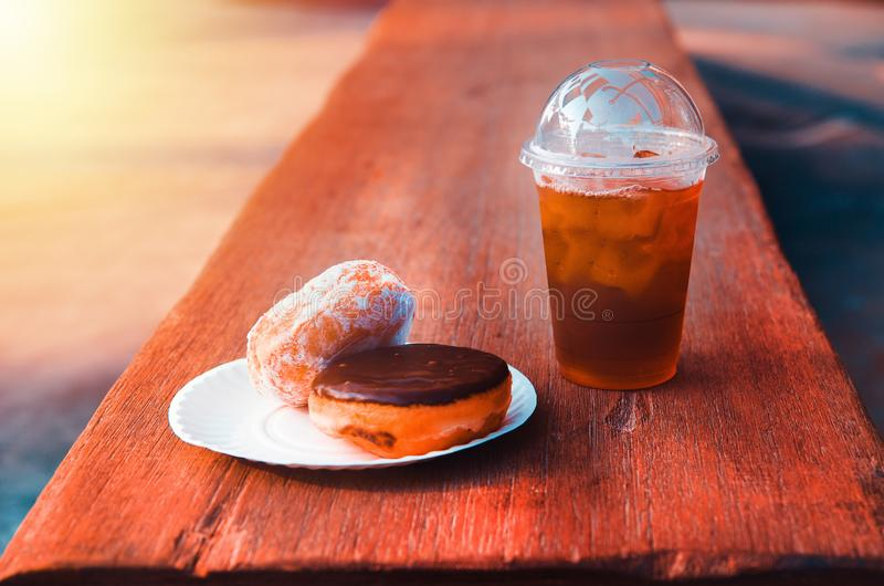 Donut und Eistee lizenzfreie stockbilder