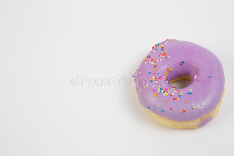 Donut Zoet-ijsvoeders Kleurloze snack Glaasde sproinkles Behandeling van heerlijk gebak ontbijt bakkerijcake Dough stock afbeelding