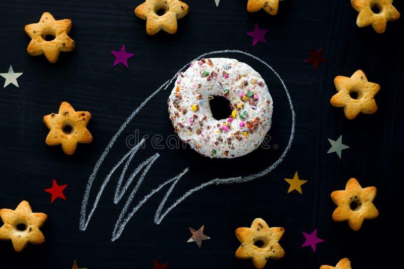 Donutmeteorit unter den Sternen von Plätzchen stockbilder