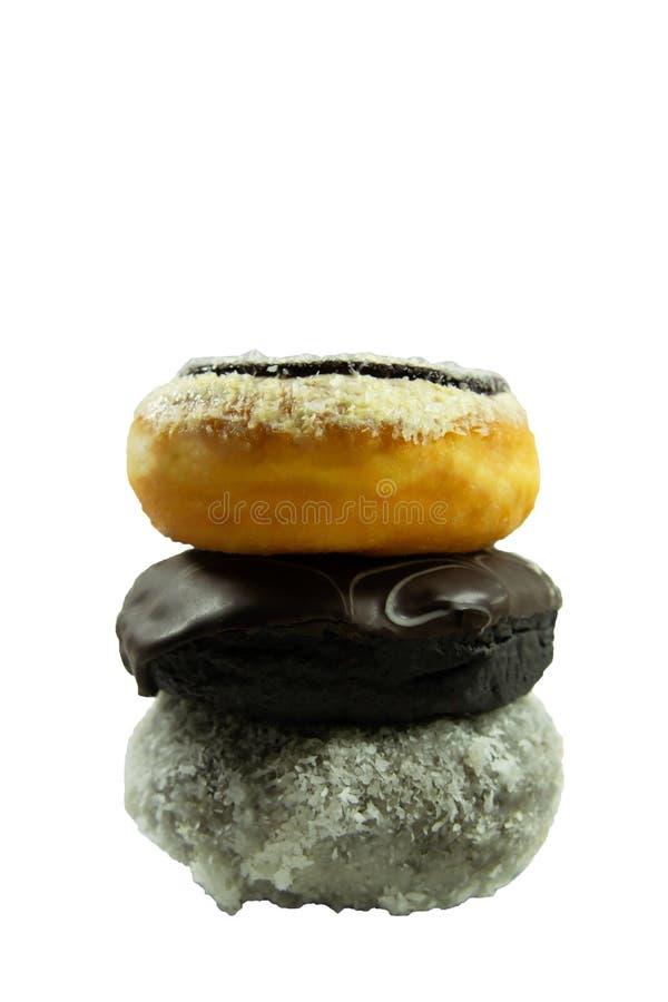 Donuts που συσσωρεύεται μαζί απομονωμένος στο άσπρο υπόβαθρο στοκ φωτογραφίες