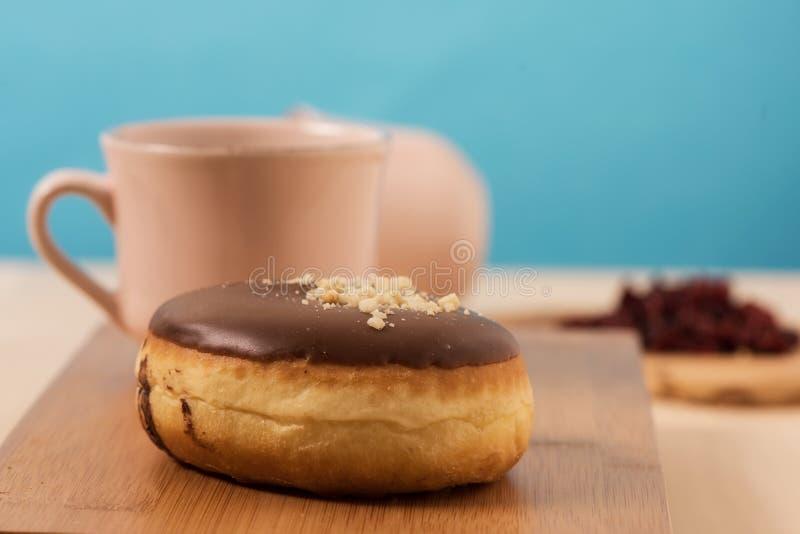 Donuts με τον καφέ και το μπλε υπόβαθρο στοκ εικόνες