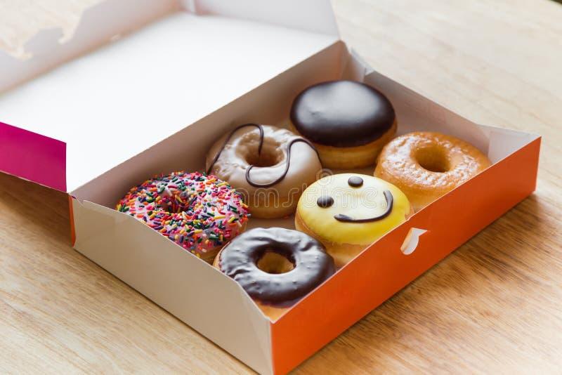 donuts στο κιβώτιο στοκ φωτογραφία με δικαίωμα ελεύθερης χρήσης