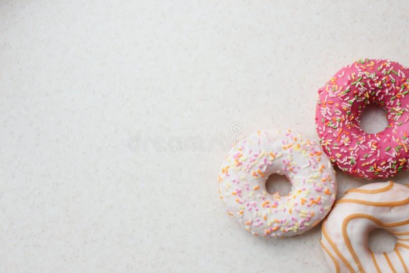 Donuts στο λούστρο χρώματος σε ένα ελαφρύ υπόβαθρο στοκ φωτογραφία με δικαίωμα ελεύθερης χρήσης