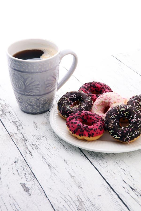 Donuts и кофе для сладостного завтрака на деревянной предпосылке стоковые фото
