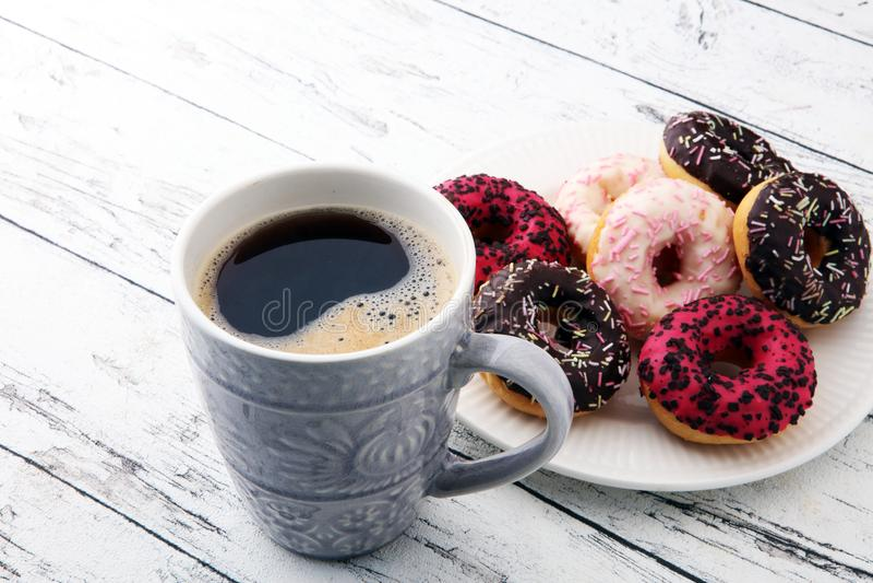 Donuts и кофе для сладостного завтрака на деревянной предпосылке стоковая фотография