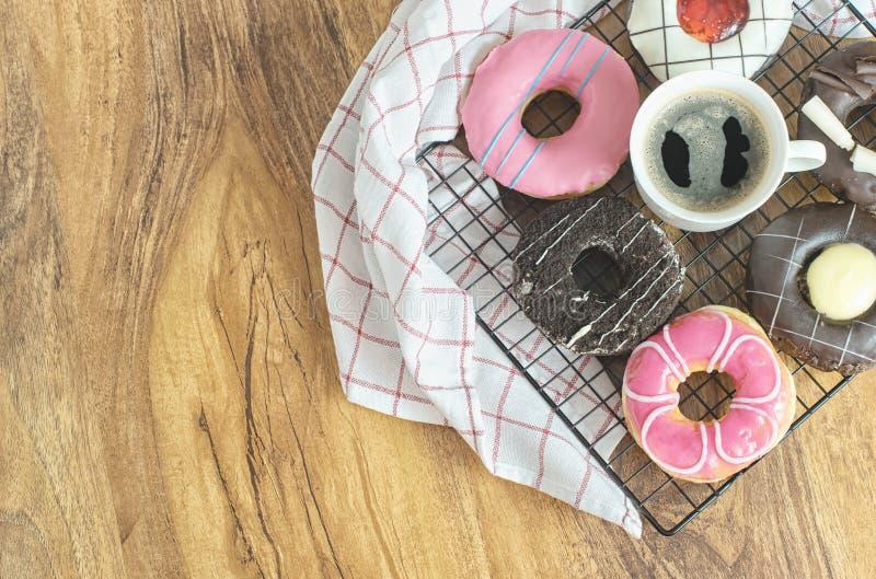 Donuts и кофе на деревянном столе, взгляде сверху стоковое фото