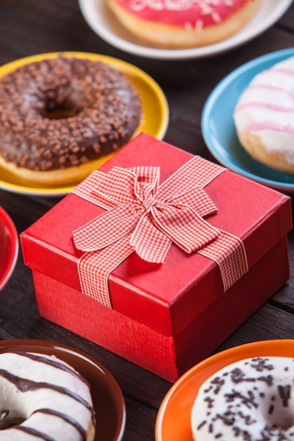Donuts и подарок стоковое фото rf