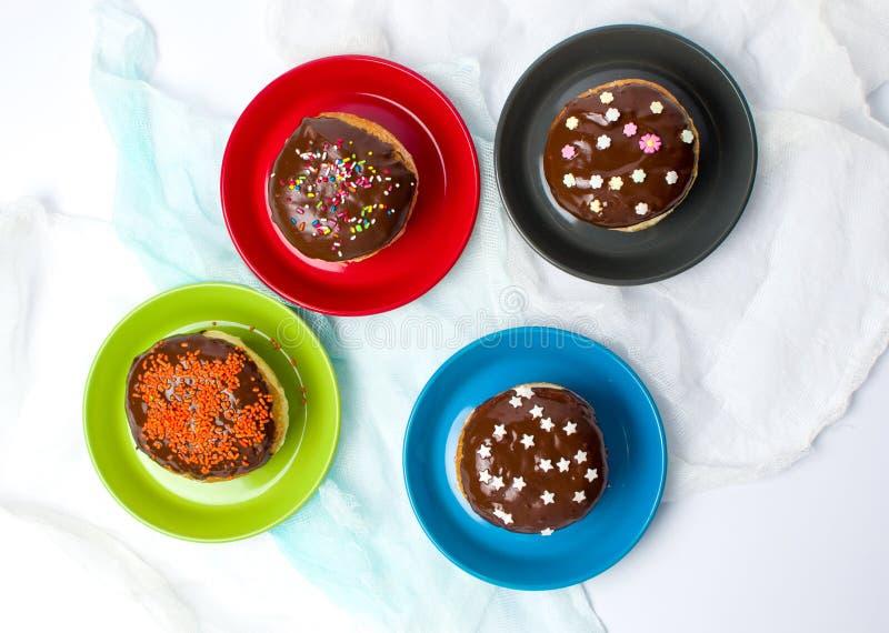 Donuts на красочном взгляд сверху плит стоковые изображения rf