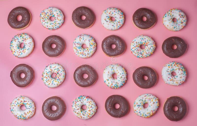Donuts на розовой предпосылке, картине стоковое изображение rf