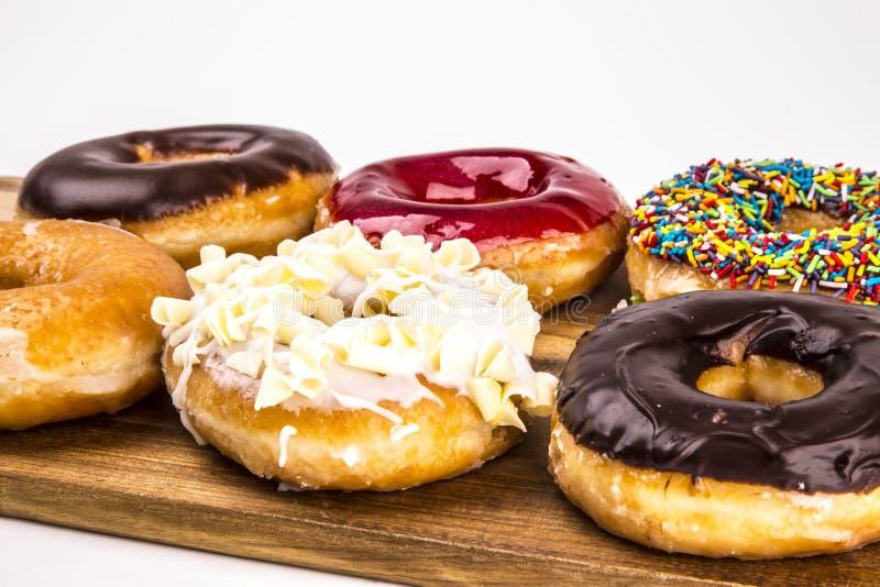 Donuts при доска изолированная на белой предпосылке стоковое фото rf