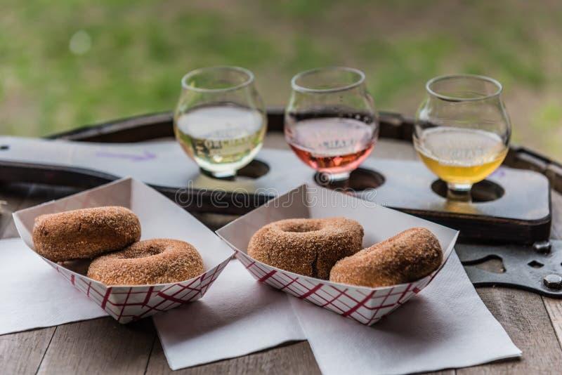 Donuts сидра с сердитыми сидрами сада стоковое фото