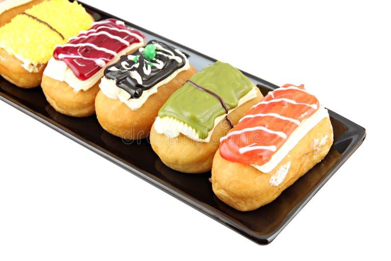 Donuts сортируют в черном блюде. стоковая фотография rf