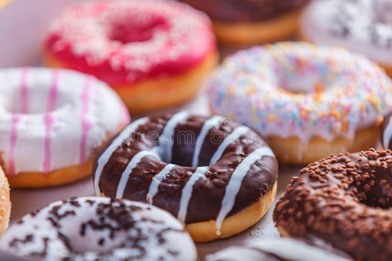 donuts in doos stock afbeelding