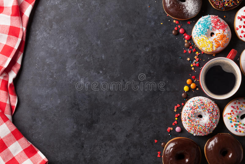 Donuts en koffie royalty-vrije stock afbeeldingen