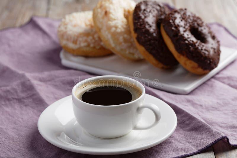 Donuts en koffie stock foto's