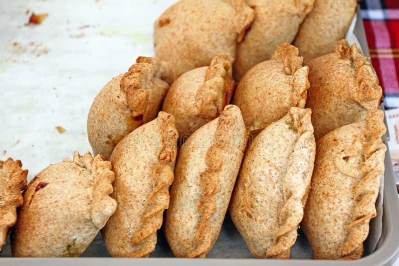 Donuts Gebakken gebakje met chocolade, jam of kaas Gebraden of gebakken gebakje van deeg Vet voedsel Calorieën, het ongezonde ete royalty-vrije stock afbeeldingen