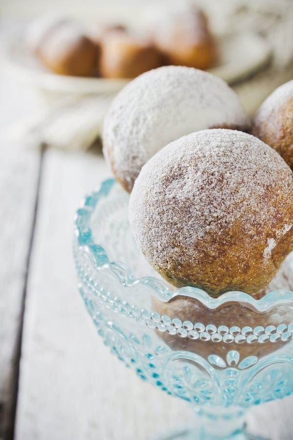 Donuts i en blå bunke royaltyfri bild