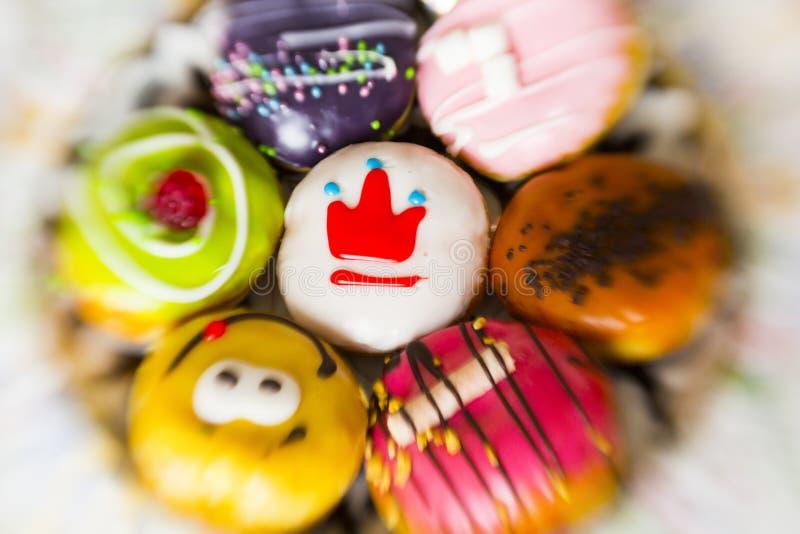 Donuts i mång--färgad glasyr arkivfoto