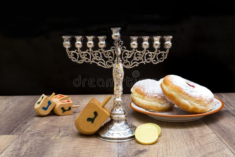 Donuts i menorah dla Hanukkah obraz royalty free